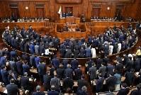 入管法改正案が可決された衆院本会議=国会内で2018年11月27日午後9時45分、手塚耕一郎撮影