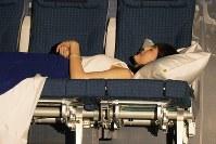 綾瀬はるかさん、カウチシートで寝顔も=東京都中央区で2018年11月27日、米田堅持撮影