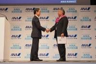 デービッド・ユタカ・イゲ・ハワイ州知事(右)と握手をする平子裕志社長=東京都中央区で2018年11月27日、米田堅持撮影