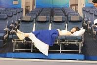 A380のカウチシートに寝る綾瀬はるかさん=東京都中央区で2018年11月27日、米田堅持撮影