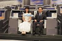 A380のビジネスシートに座る綾瀬はるかさんと平子裕志ANA社長=東京都中央区で2018年11月27日、米田堅持撮影