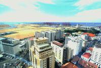 中国企業が整備を進めるスリランカのコロンボ港のポートシティー=コロンボで2018年10月23日、松井聡撮影
