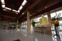 スリランカ南部ハンバントタ県に中国の支援で建設されたマッタラ・ラジャパクサ国際空港。親中国のラジャパクサ前大統領の名前が付けられている。だが定期便はなく、空港内は閑散としていた=2018年10月24日、松井聡撮影