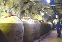 洞窟内にずらりと並ぶ陶製の大きなかめ。金門コーリャン酒を熟成させている=台湾・金門県金湖地区で2018年10月29日午前10時45分、福岡静哉撮影