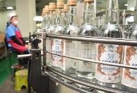 工場で瓶詰めされる金門コーリャン酒=台湾・金門県金寧郷の「金門酒場」で2018年10月29日午前9時32分、福岡静哉撮影