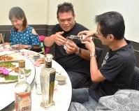飲食店で金門コーリャン酒の味わいを堪能する客たち=台湾・金門県金城鎮の「牛家荘」で2018年10月27日午後8時7分、福岡静哉撮影