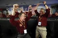 探査機インサイトの火星着陸を確認し、喜ぶエンジニアら=米カリフォルニアで26日、AP