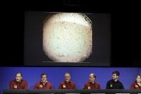 探査機インサイトの火星着陸を受けて声明を発表するNASA幹部=米カリフォルニアで26日、AP