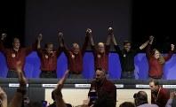 探査機インサイトの火星着陸を喜ぶNASA幹部=米カリフォルニアで26日、AP