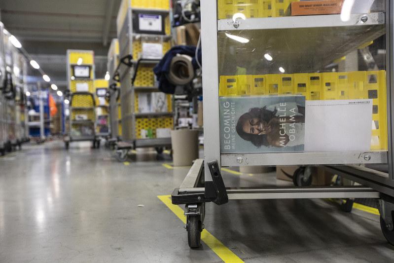 ドイツでも注文が相次いでいる=ドイツのアマゾン配送センターで(Bloomberg)