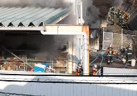 Firefighters battle a blaze at a Kohnan DIY and household supply store in the city of Suita, Osaka Prefecture, on Nov. 28, 2018. (Mainichi/Yohei Koide)