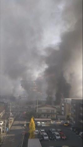 黒煙を上げて燃えるコーナン千里山田店=大阪府吹田市で2018年11月28日午前、近隣住民提供