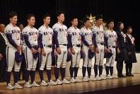 県民栄誉章のメダルを授与され壇上に整列する金足農高野球部の3年生たち=秋田市の文化会館で2018年11月28日午後3時48分、中村聡也撮影