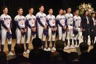 校歌を歌う金足農高野球部の3年生たち。のけ反りながら歌う姿は今回はお預けだった=秋田市の文化会館で2018年11月28日午後4時41分、中村聡也撮影