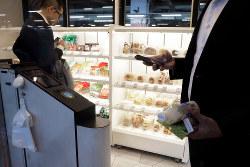 JR東日本が東京・赤羽駅で実証実験中の無人レジ店舗(Bloomberg)