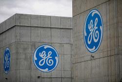 かつての名声はどこに……(航空機エンジンメーカー「GEアビエーション」工場に書かれたロゴマーク)=米オハイオ州