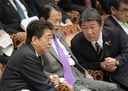 参院予算委員会で安倍晋三首相と話す茂木敏充経済再生担当相(右)。全世代型社会保障改革担当も担うが、根本的な見直しの動きは見えない(11月5日)