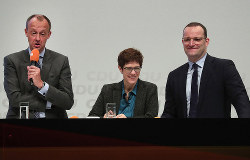 ドイツの次のリーダーは誰に(11月15日のCDU党首選キャンペーンで話すメルツ氏、クランプカレンバウアー氏、シュパーン氏〔左から〕) Bloomberg