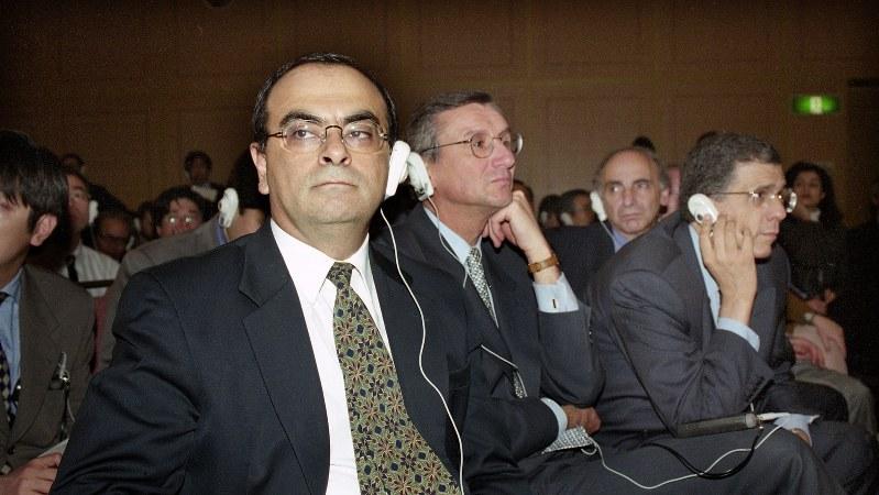日産とルノーの正式な提携発表を記者会見の関係者席で聞くルノーのカルロス・ゴーン副社長(肩書きは当時)=1999年3月27日、藤井太郎撮影