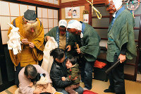 家々を巡り、鬼役が子供や怠け者を戒めるアマメハギ=石川県輪島市(同市教委提供)