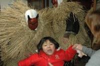 アマハゲから必死で逃れようとする子ども=山形県遊佐町で2008年1月6日、釣田祐喜撮影