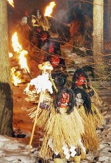 たいまつを手に山を降りる「なまはげ」=秋田県男鹿市で2003年2月7日、佐々木順一撮影