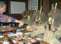 各家をまわり暴れた後、もてなしを受けるなまはげ=秋田県男鹿市で2005年12月31日