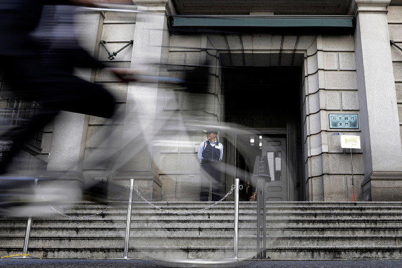 量的緩和の副作用で、金融機関の収益環境が悪化している(Bloomberg)
