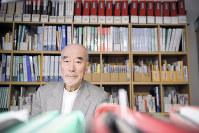 自宅には原発や哲学などの本や資料が所狭しと並べられている=東京都世田谷区で2018年4月19日、丸山博撮影