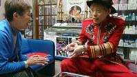 店内で入浴客にマジックを披露する田島純浩さん(右)=東京都中野区の昭和浴場で