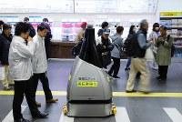 実証実験で駅構内を巡回する警備ロボットの「ペルセウスボット」=東京都新宿区の西武新宿駅で2018年11月29日、宮武祐希撮影