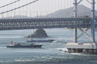 座礁した貨物船(中央左)と大鳴門橋(手前)=鳴門海峡で2018年11月30日午前9時56分、本社ヘリから小出洋平撮影