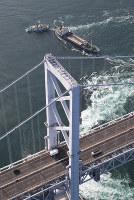 座礁した貨物船。手前は大鳴門橋=鳴門海峡で2018年11月30日午前9時37分、本社ヘリから小出洋平撮影