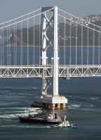 座礁した貨物船。奥は大鳴門橋=鳴門海峡で2018年11月30日午前9時42分、本社ヘリから小出洋平撮影