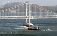 座礁した貨物船(中央)。奥は大鳴門橋=鳴門海峡で2018年11月30日午前9時43分、本社ヘリから小出洋平撮影