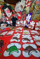 来年のえと「亥」にちなんだイノシシが描かれた和紙が並ぶ工房で、江戸凧制作を行う土岐幹男さん=千葉県長生村の凧工房ときで2018年11月15日、手塚耕一郎撮影