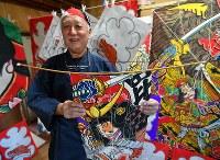 上空で音が鳴るように「うなり」を上部に取り付けた江戸凧を手にする土岐幹男さん=千葉県長生村の凧工房ときで2018年11月15日、手塚耕一郎撮影