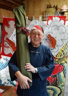 容易に持ち運べるように小さく収納した、縦7尺、横4尺2寸の江戸凧を持つ土岐幹男さん=千葉県長生村の凧工房ときで2018年11月15日、手塚耕一郎撮影