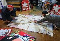 竹の骨を外していく様子。骨も折り曲げて短くできる=千葉県長生村の凧工房ときで2018年11月15日、手塚耕一郎撮影