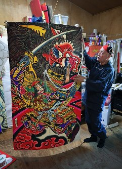 2年前に制作したという縦7尺、横4尺2寸の大型の江戸凧。裏の竹の骨を外し、丸めて持ち運ぶことができ、海外でも上げているという=千葉県長生村の凧工房ときで2018年11月15日、手塚耕一郎撮影