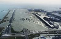 関西写真記者協会の協会賞を受賞した「台風21号 関空大打撃」(2枚組み)から、滑走路が浸水した関西国際空港=2018年9月4日午後5時55分、本社ヘリから幾島健太郎撮影