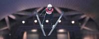 関西写真記者協会部門賞・スポーツ組み部門金賞を獲得した山崎一輝記者の「高梨、涙と笑顔の五輪銅」(5枚組み)から、平昌五輪スキージャンプ女子ノーマルヒルで銅メダルを獲得した高梨の1回目の飛躍=韓国・平昌で2018年2月12日撮影