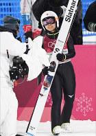 関西写真記者協会部門賞・スポーツ組み部門金賞を獲得した山崎一輝記者の「高梨、涙と笑顔の五輪銅」(5枚組み)から、1回目の飛躍の後、テレビカメラに向かって笑顔を見せる=韓国・平昌で2018年2月12日撮影