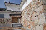尼崎城入り口=兵庫県尼崎市で2018年11月30日、梅田麻衣子撮影