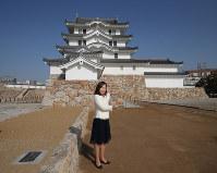 再建された尼崎城の天守。手前は尼崎市の稲村和美市長=兵庫県尼崎市で2018年11月30日、梅田麻衣子撮影