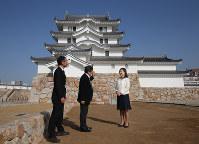 関係者から再建された尼崎城の天守の説明をうける尼崎市の稲村和美市長(右端)=兵庫県尼崎市で2018年11月30日、梅田麻衣子撮影