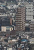 再建された尼崎城の天守=兵庫県尼崎市で2018年11月30日午前10時31分、本社ヘリから小出洋平撮影