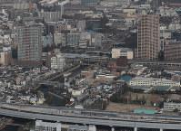 再建された尼崎城の天守(中央)。手前は阪神高速神戸線=兵庫県尼崎市で2018年11月30日午前10時34分、本社ヘリから小出洋平撮影