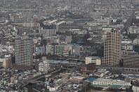 再建された尼崎城の天守(中央下)=兵庫県尼崎市で2018年11月30日午前10時34分、本社ヘリから小出洋平撮影