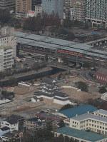 再建された尼崎城の天守(下)。中央は阪神電車の尼崎駅=兵庫県尼崎市で2018年11月30日午前10時半、本社ヘリから小出洋平撮影